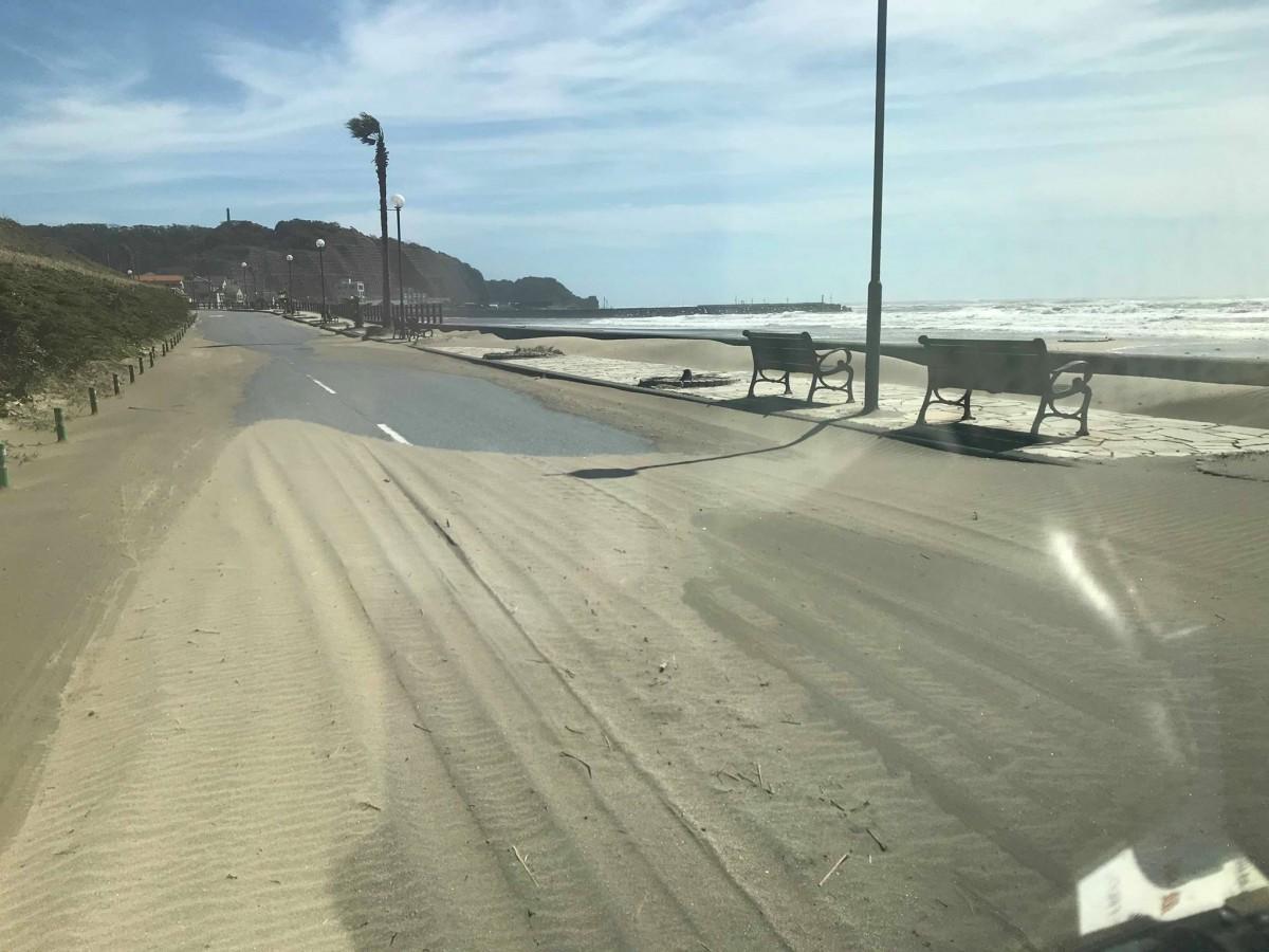 砂が積もった道路(御宿)