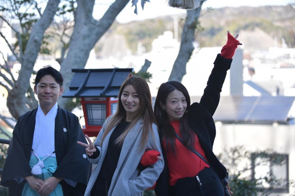 遠見岬神社・神主の小林さんMIKIさんと小倉愛さん(左から)(撮影=吉清汐音)