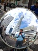 凸面鏡使い東京スカイツリーと一緒に記念撮影-「ミラーおじさん」人気に