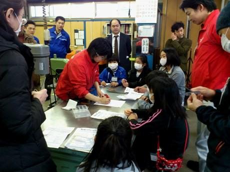 機械加工の基本である「バリ取り」の大切さを学ぶ子供たち。