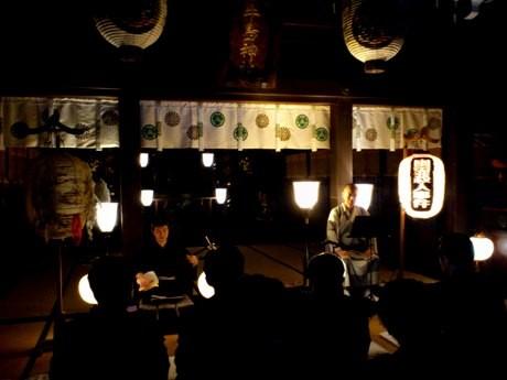牛嶋神社で行われたプレス向け公演「幽霊殺人事件」の様子。堀越富三郎さんの語り、三味線は杵屋佐之義さん。
