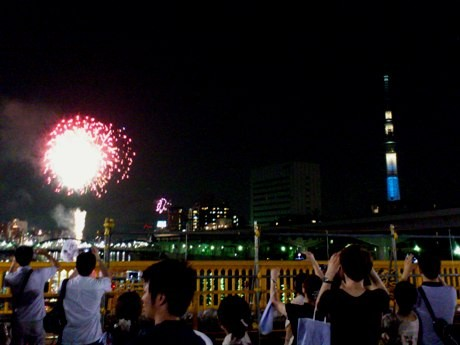蔵前橋から花火と東京スカイツリーを望む。
