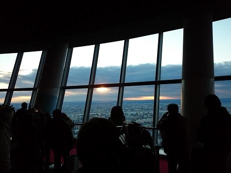 この日は分厚い雲に遮られ、参加者が望むような初日の出を見ることはできなかった。