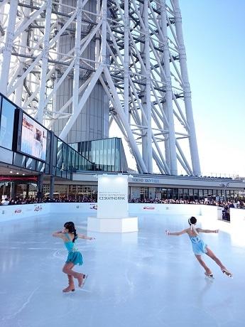 映画「アナと雪の女王」のエルサとアナをイメージして、劇中曲「雪だるまつくろう」に合わせて初滑りを披露する本田望結さんと妹の紗来さん。