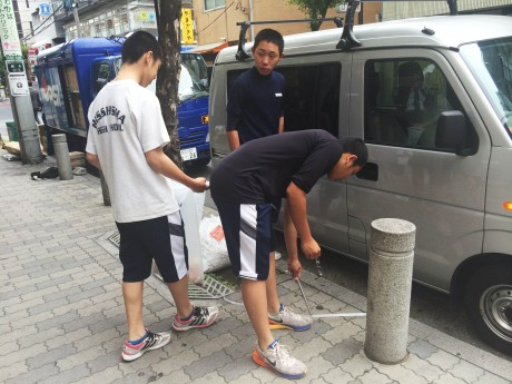 清掃活動に励む立志舎高野球部員たち