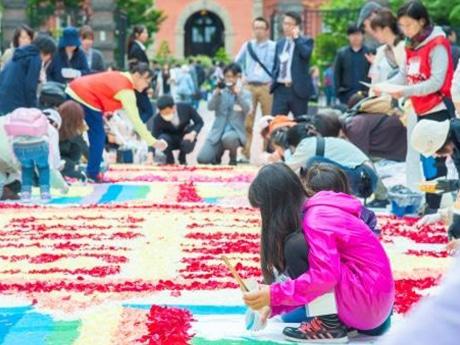 錦糸町駅南口でフラワーアート「インフィオラータ」 花びら敷き詰め表現