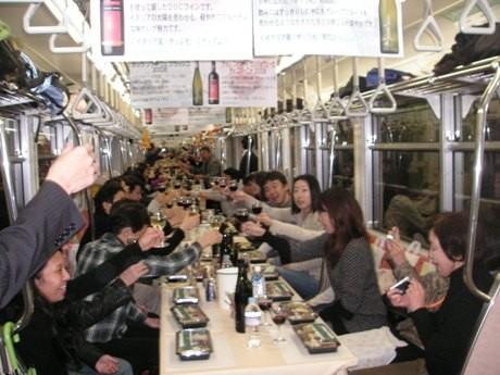ワイン列車の様子。今年の定員は140人。