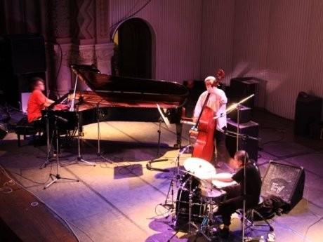 昨年の様子。写真は一橋大学兼松講堂での板橋文夫トリオの演奏。
