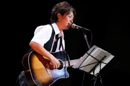 路上でチャリティーライブを行ったシンガーソングライターの坂本明宏さん