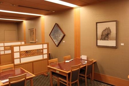 食事をしながら日本画を楽しめるように店内に展示されている