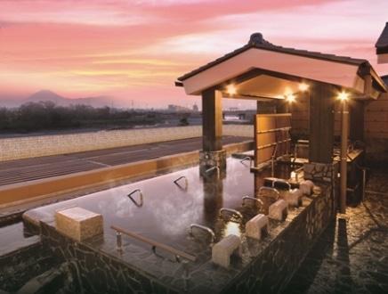 展望露天風呂から遠望できる富士山や丹沢山系、秩父連山といった景色も楽しめる