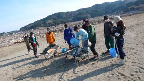 JPF参加NGO、NICCOの活動の様子。校庭の掃除を行う学生ボランティアとNICCOスタッフ。&copyN I C C O