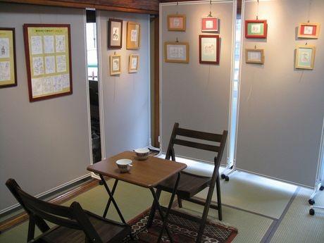 プレオープン企画の「岡崎武志原画展」の様子