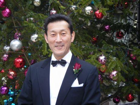 クリスマスは正装で営業する「一歩堂」店主の川井さん
