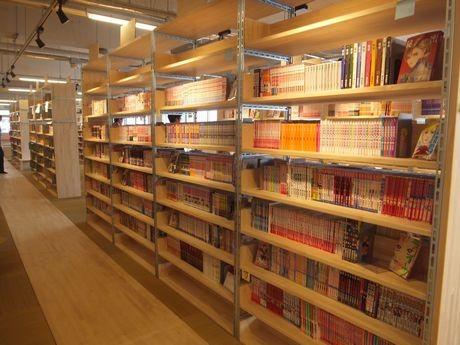 3万冊の漫画が並ぶ書架