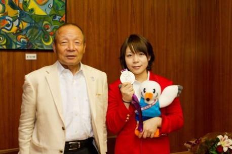 銀メダリストの三宅宏実さんと日本代表監督の三宅義行さん