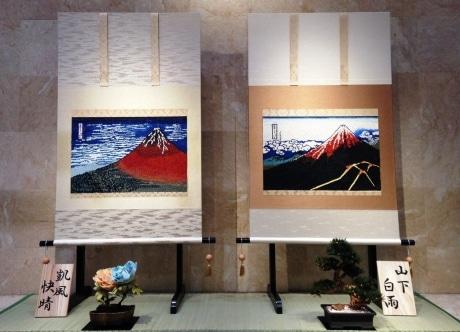 パンで創作した葛飾北斎の「 凱風快晴」(左)と 「山下白雨」(右)