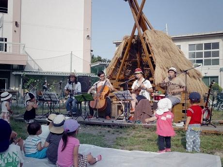 「にしすがも創造舎」の校庭で行われた「芸術家と子どもたち 親子で楽しむぷちライブ」の様子