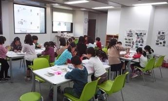 「ぼくらの学び舎」では未就学児から小学生を対象にオリジナル絵本を作るプログラムを行う