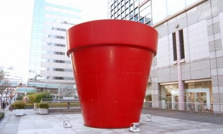 アート№70、ジャン=ピエール・レイノーさん作の「赤い植木鉢」を舞台にプロジェクションマッピングが行われる