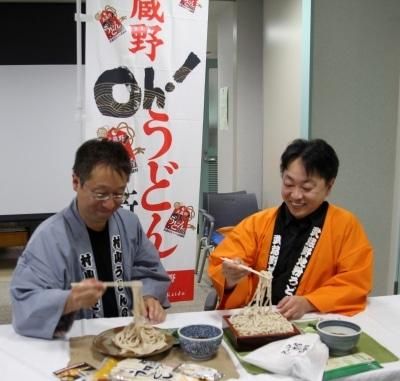うどんのPRをする村山うどんの会の波多野副会長(左)と東京都麺類協同組合武蔵野支部の大楽副支部長(右)