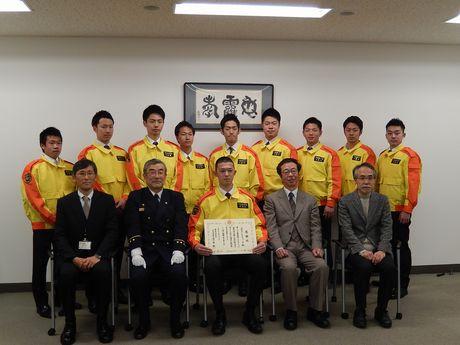 国分寺消防署から感謝状を贈られた東京経済大学のボランティアサークル「Rescues」(レスキューズ)のメンバー
