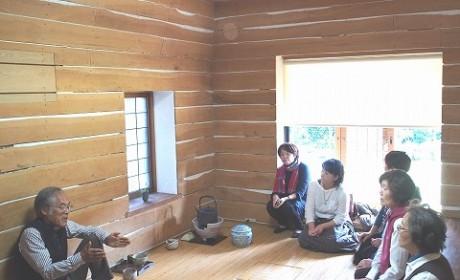 タンポポハウス内部で、藤森さんを囲んでの質問タイム