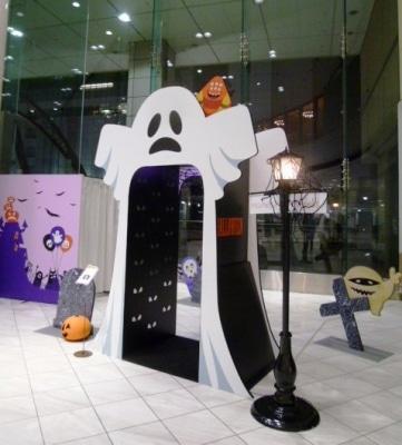ハロウィンの飾りつけが施された店内の様子