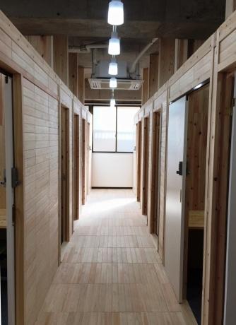 壁や床に奥多摩産のヒノキやスギを使ったシェアオフィス「KODACHI」