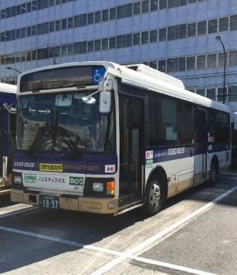 停車中の京王バス