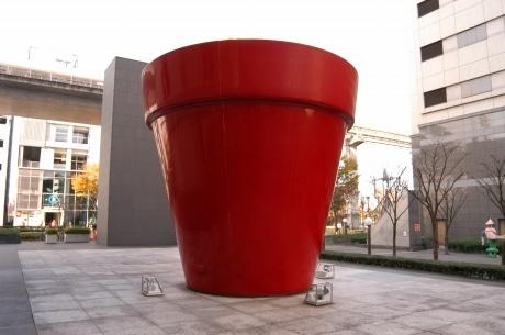 立川高島屋北側の「赤い植木鉢」