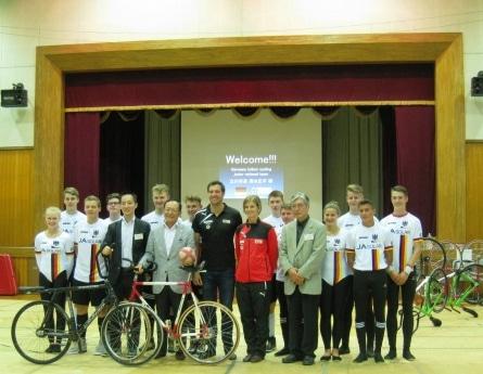 ドイツジュニア選手団の皆さんと清水立川市長(前列左から4人目)、たちかわサイクルサッカークラブ代表の松田さん(前列左から3人目)
