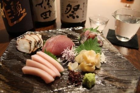 「季節のお刺身盛り合わせ」(5種盛り=2,700円・税別)。魚は富山県氷見漁港からの直送。