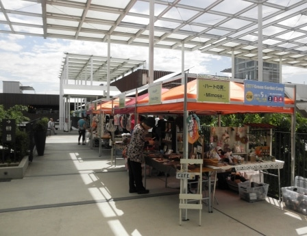 手作りエリアでは地元で活動する作家の作品や、手作りに取り組んでいる主婦たちによる展示販売が行われる
