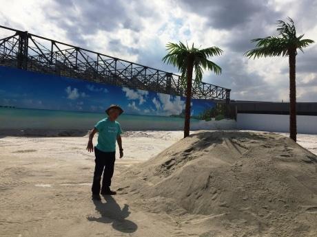 4月28日に開かれた内覧会で砂浜を案内する清水国明さん