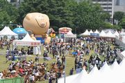 昭和記念公園で「まんパク」 夜はミラーボールで巨大ビアガーデンに