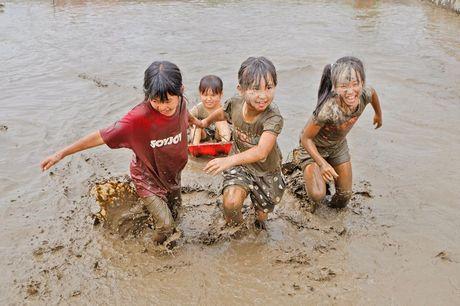泥まみれになって遊ぶ子どもたち。昨年の様子。