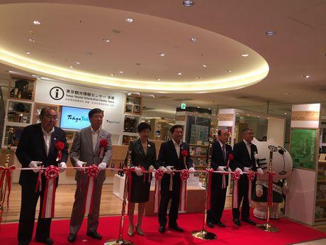 「東京観光情報センター 多摩」オープイングイベントでテープカットする小池百合子東京都知事ら