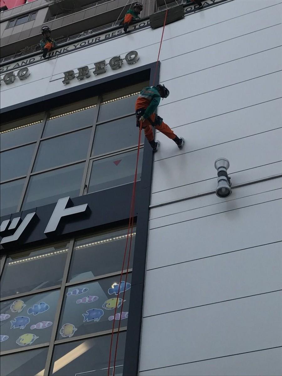 ビルの屋上からの救助降下演習の様子