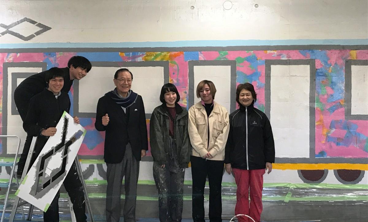 立川駅西地下道で「ムサビ号」をペイントする武蔵野美術大学のみなさんと見学に訪れた清水立川市長