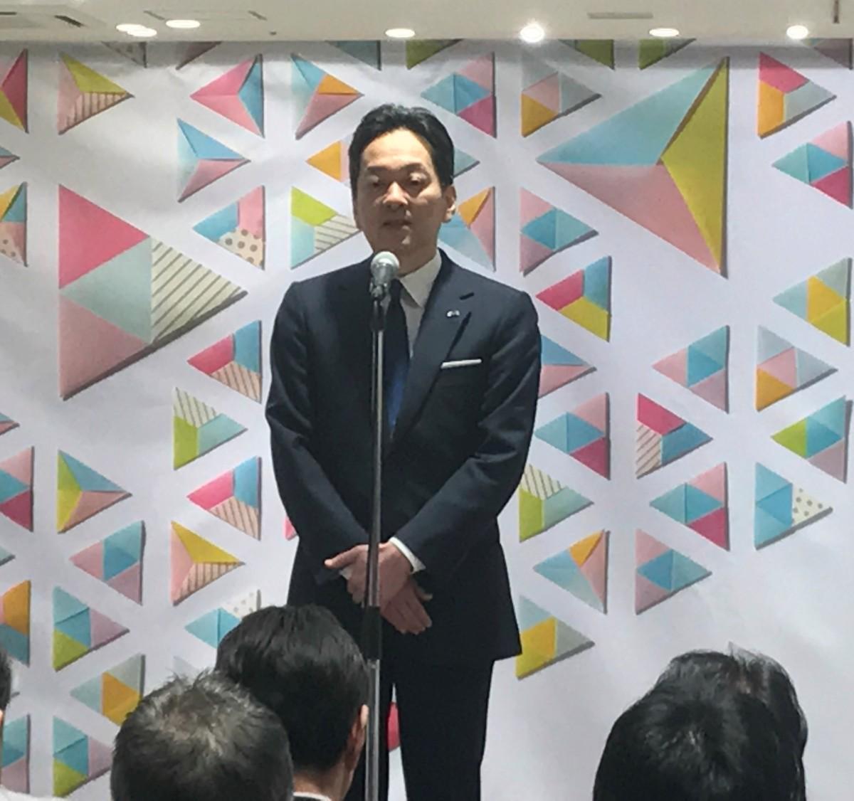 内覧会であいさつをする三越伊勢丹ホールディングスの杉江俊彦社長
