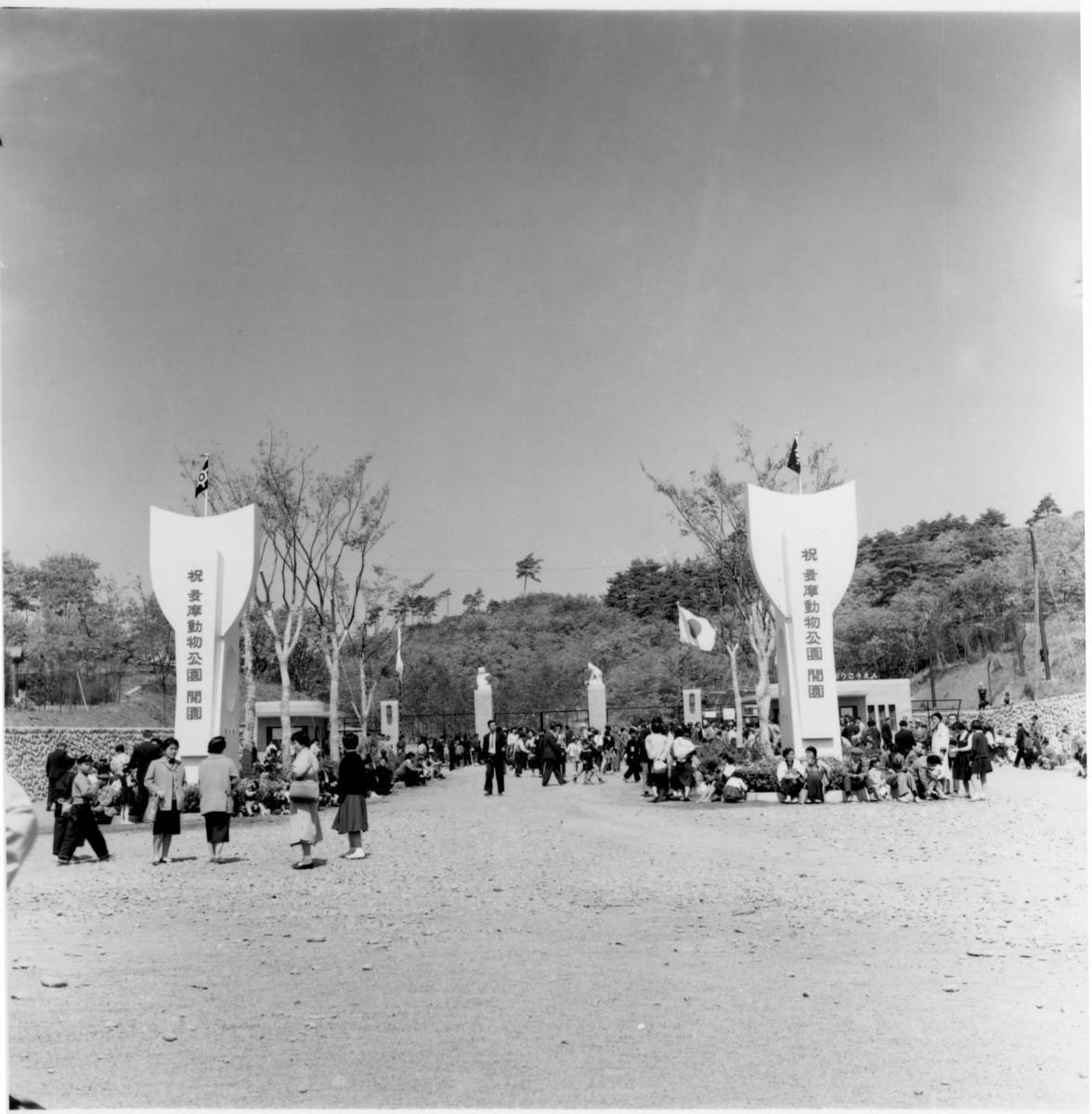 開園日の正門風景