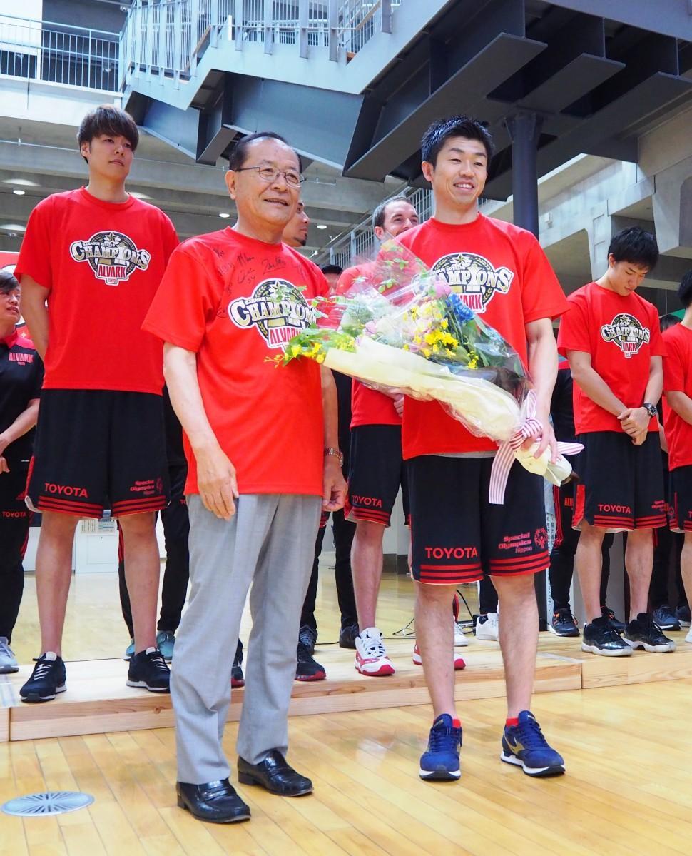 清水庄平立川市長が正中岳城キャプテンに花束を贈呈