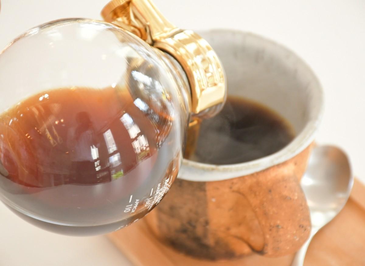 サイフォンでいれた自家焙煎のコーヒーを作家の作ったカップで提供