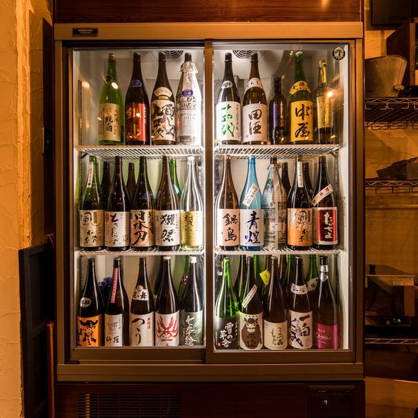 店長の舩窪さんが厳選した銘酒の数々。各地の特色のある日本酒を季節やトレンドに合わせて仕入れる。