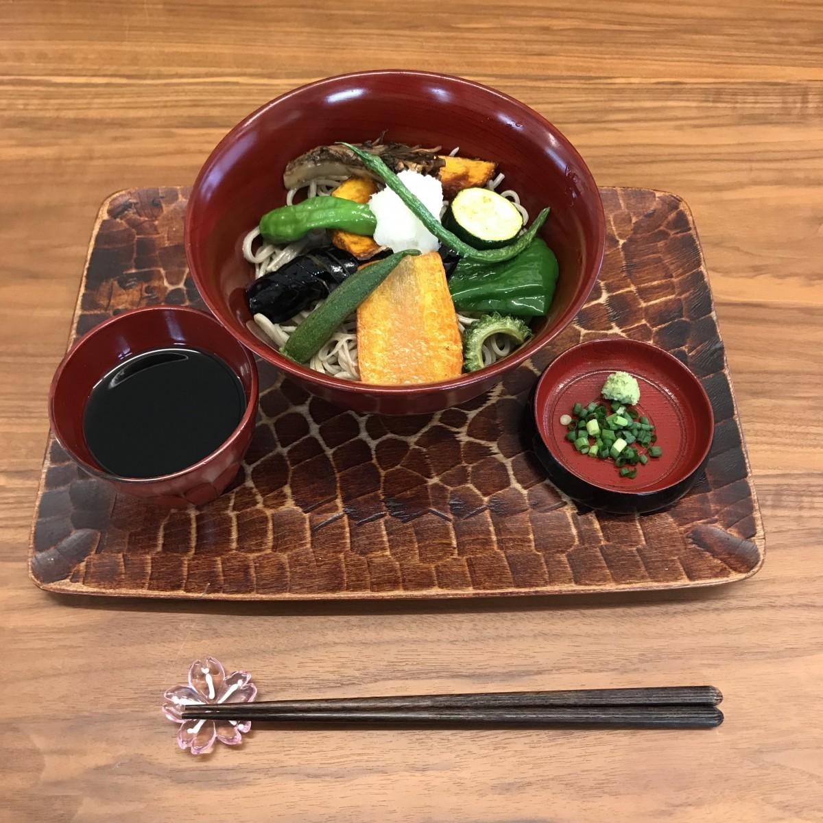 「山盛り揚げ野菜の冷たいそば」(972円)