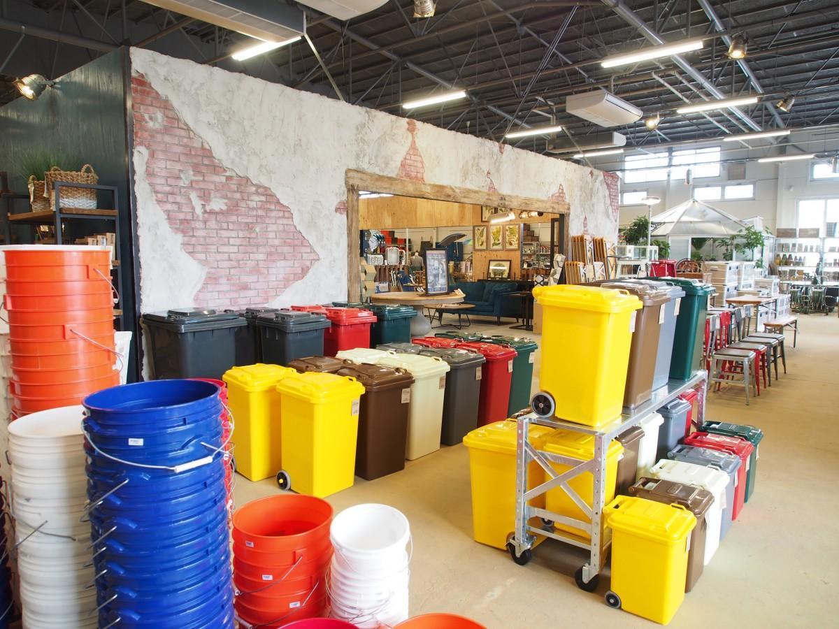 倉庫を改装した店内