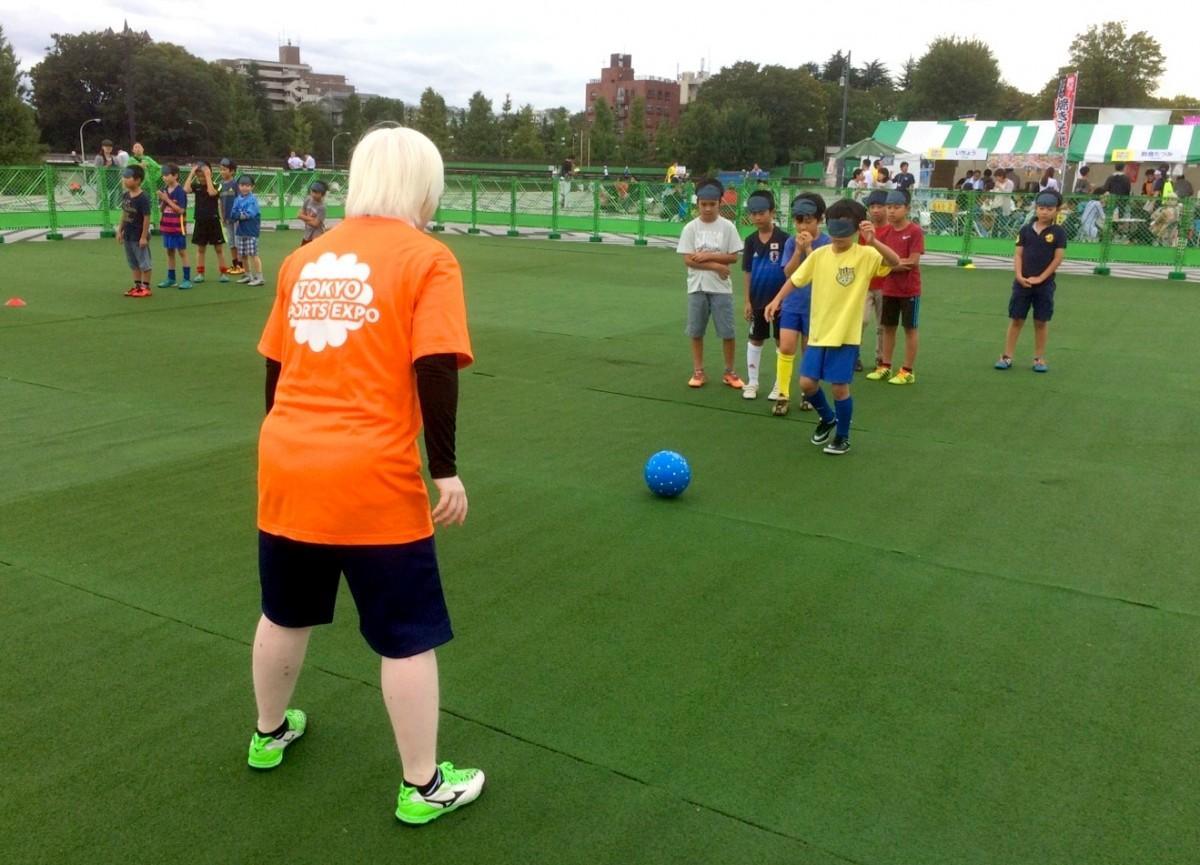 ブラインドサッカーを体験する参加者の様子