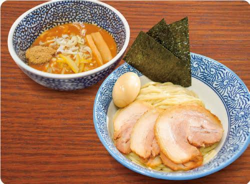 のり、チャーシュー、「燻製味玉」の入った「特製濃厚魚介つけめん」(1080円)