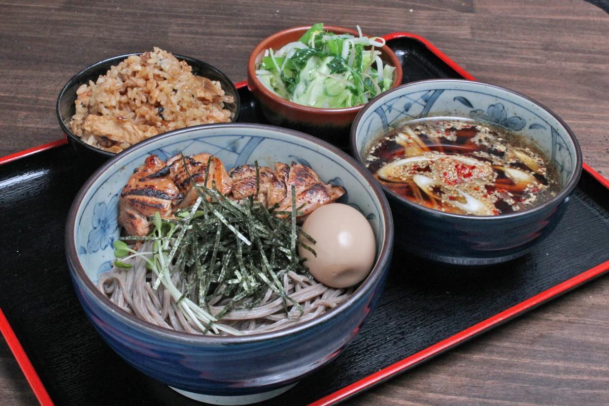 「鶏つけ蕎麦」(トッピング=味玉・炙り鶏肉・野菜)と炊き込みご飯